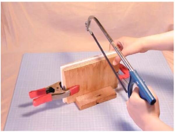 固定された状態で、ノコギリやカッターで、5~6箇所の切れ目を等間隔で入れます