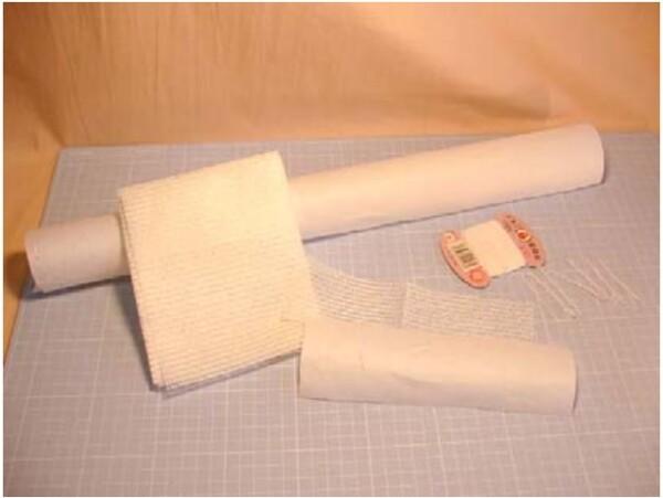切れ目に沿って接着の補強に使う糸を用意します