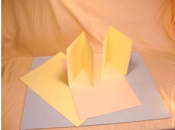 ?「本の構成・各部の名称」の項で説明しました「見返し」の用紙を用意します。
