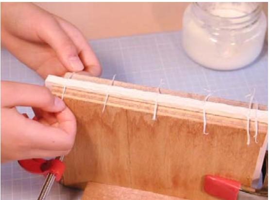切れ目に糸を3本づつ入れ込みます。