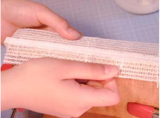 その上からもう一度ノリを塗っておきます。その上に、補強の布を貼り付けます