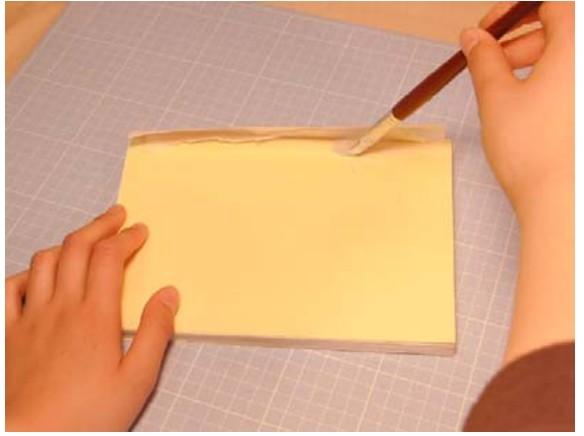 側面も薄くノリを塗って補強布と補強紙を貼り付けます。
