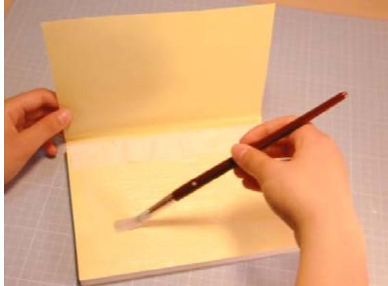 これで一応、冊子状になります。この上から見返し用紙と同じような材質の紙を全体に張ります。