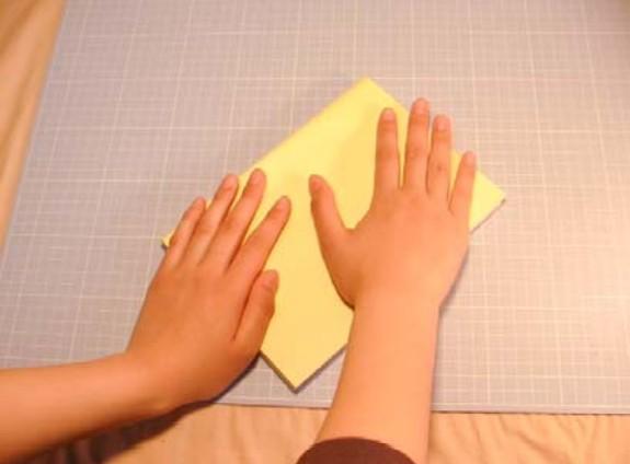 表紙、裏表紙と薄めにノリを塗ってその上に準備しておいた本体の仕上げ用紙で一冊の本状に貼り付けます。