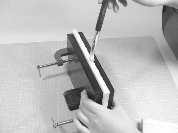 木工ボンドと工作ノリを半々で混ぜたものを切れ目に刷り込むように、背の面を塗ります。