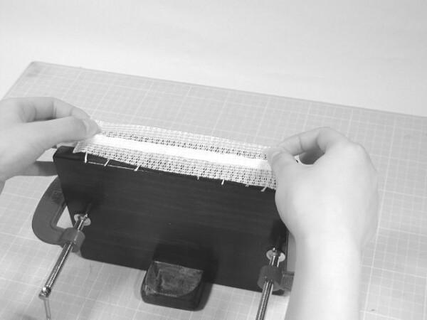 補強の不織布をかぶせます。