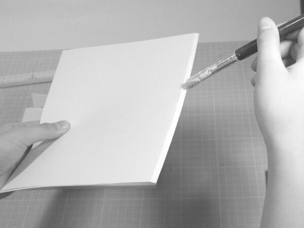見返し用紙の背から5ミリくらいのところまでに折り目をつけて、その幅だけにノリをつけます。