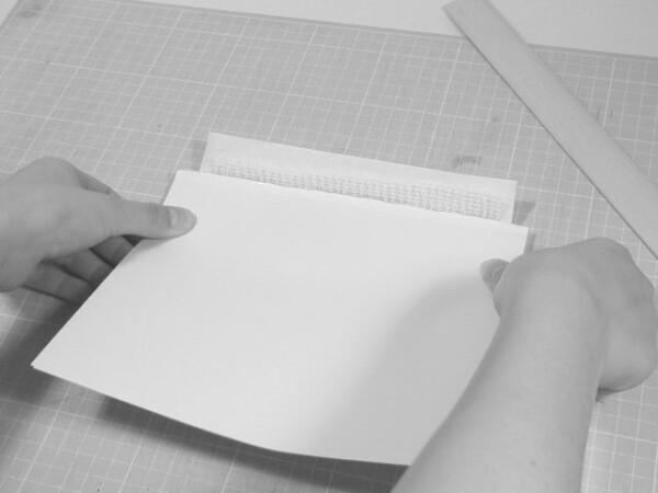 準備した見返し用紙を貼ります。本体の糸や補強紙などを外側にして、見返し用紙を貼り付けます。