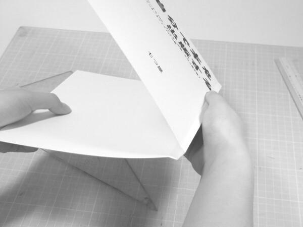 写真のように加工した厚紙を表紙として、見返し用紙を貼った本体と合体します。