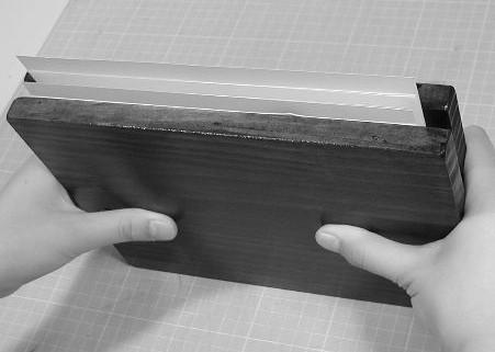 固定板で締め上げて乾燥します。本よりひとまわり大きな板で挟みます。
