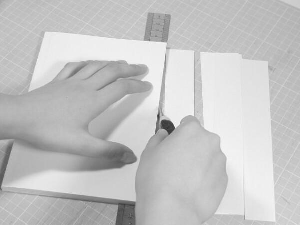 鉄定規で切断面を正確に押さえてカッターで切ります。反対側も同じようにカットします。