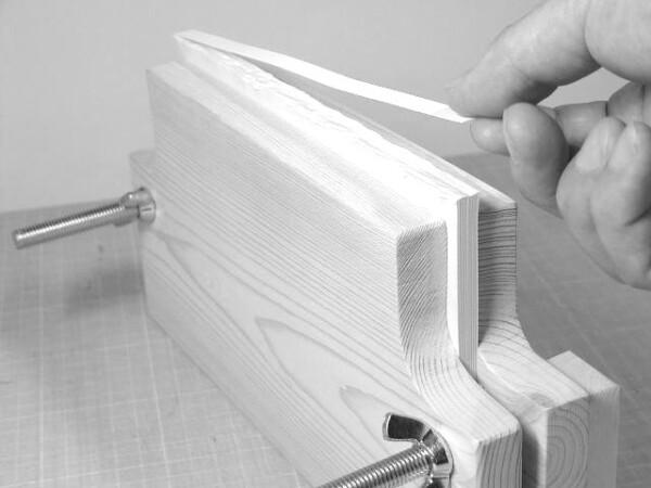 背を強くするために厚紙をはる。