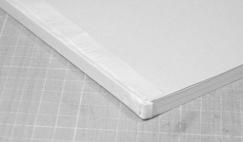 再度、背の側にボンドを塗って、今度は補強紙を見返し用紙に張り付けます。