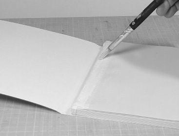本体のサイズにあわせて加工した表紙を貼り付けます。