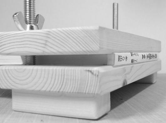 製本キット底部の内側の角を微妙に削ってあるので本の角がつぶれません。