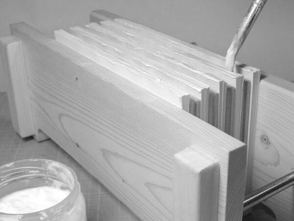 背に木工ボンドを塗ります。
