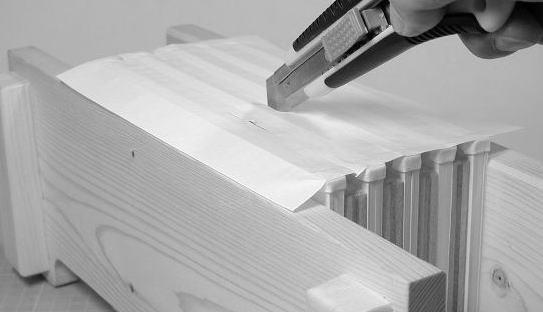 乾燥しましたら、補強紙をカッターかハサミで切り離してください。
