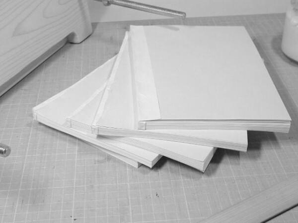 5冊全てに見返し用紙を貼ります。