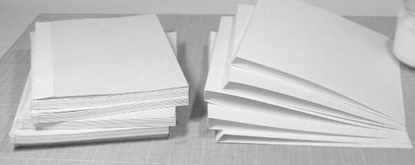 冊子状になった本体を厚手の表紙にくるむように接着します。上の写真右は、画用紙をA5の高さにカットしたものを本の厚みに合わせて折り目をつけたものです。