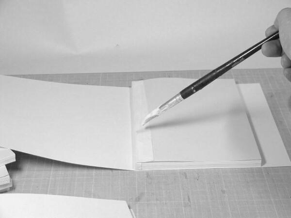 補強紙が隠れるようにボンドを塗り本体と表紙を合体します。